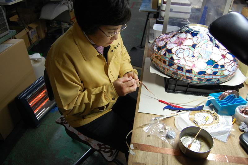 群馬県の榛名山麓の町工場内の工房でステンドグラスに取り組