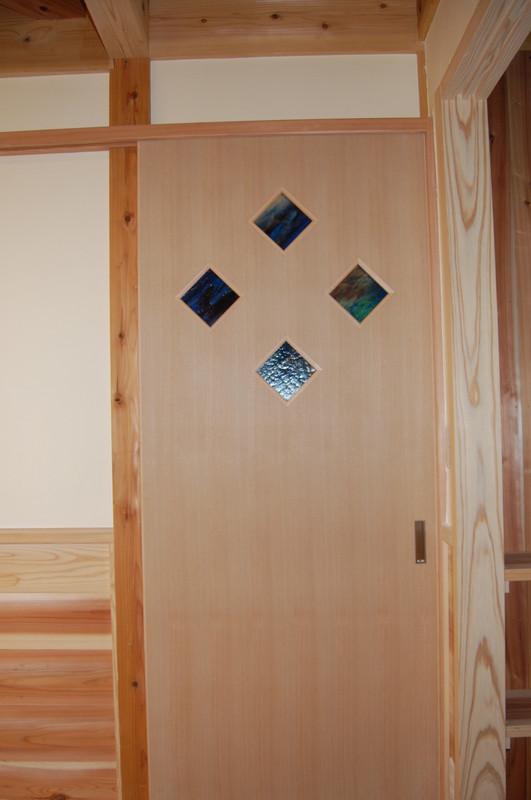 ドア窓にステンドグラスを設置