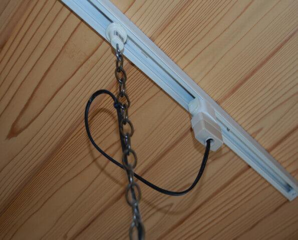 天井のレール式電源への設置例